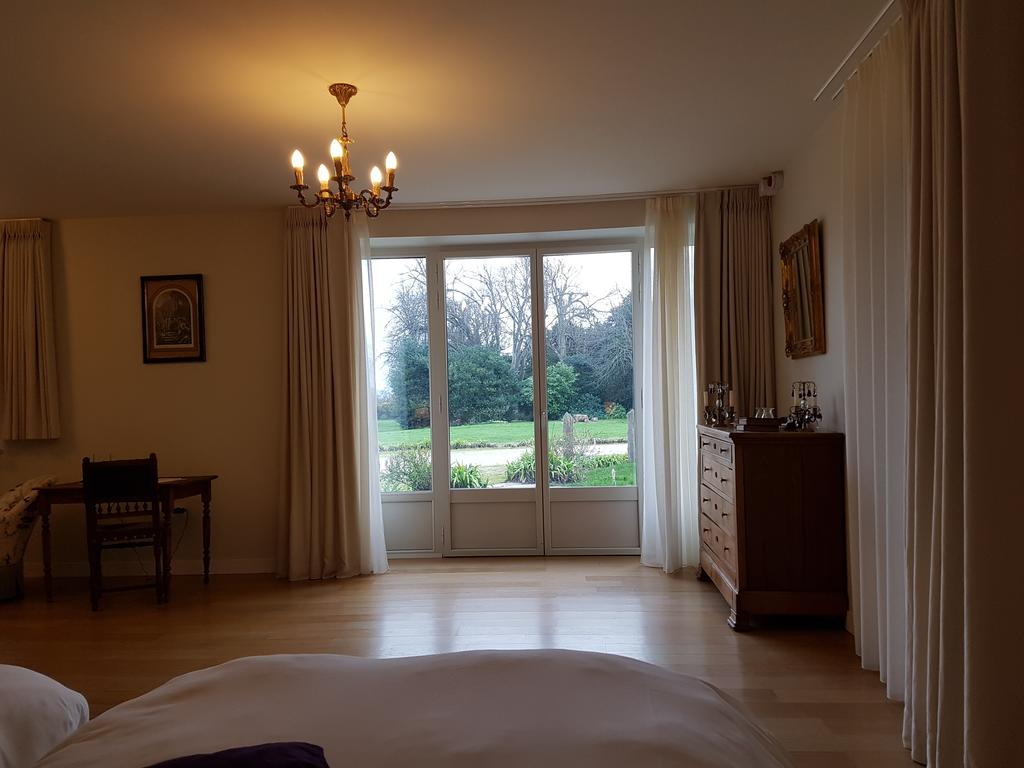 Spacious room with garden view