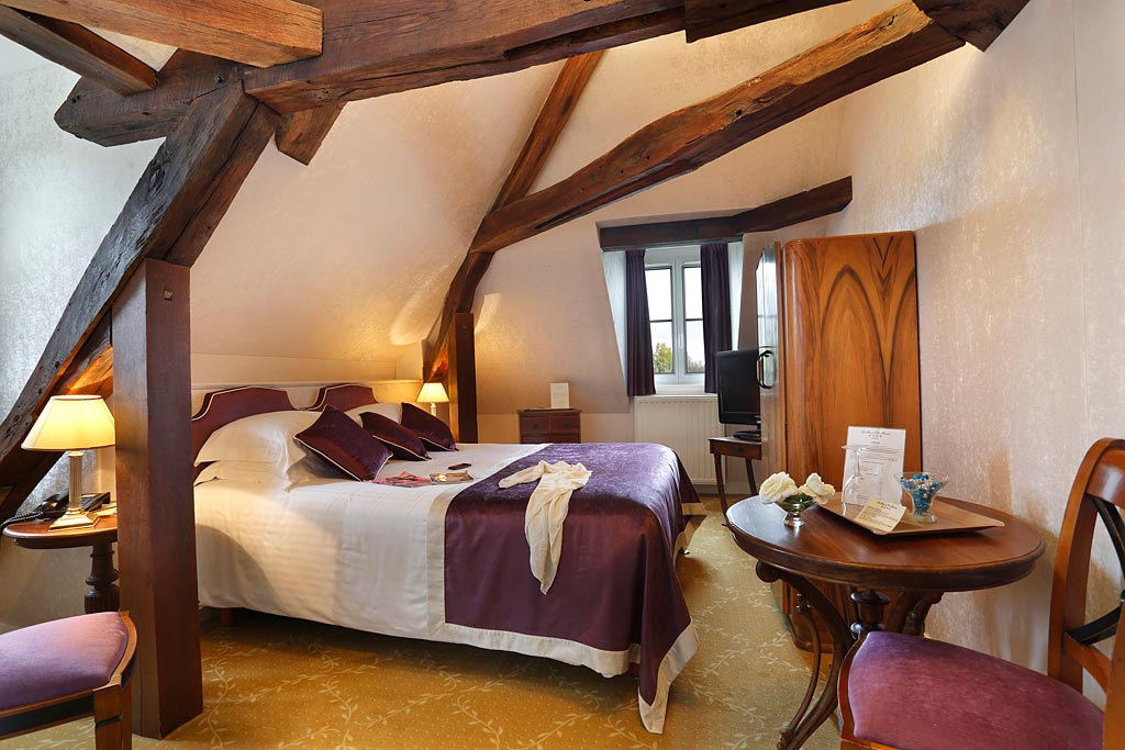 Double room with wooden beams