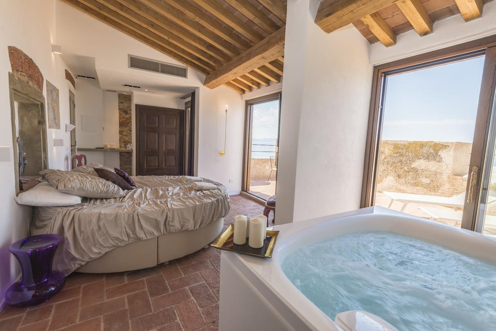 Luxury suite with jacuzzi and rooftop terrace